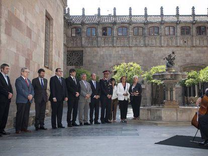 """Carles Puigdemont (C), junto con la delegacion de la ACVOT, encabezada por su presidente, Jose Vargas Rincón, en la Generalitat. En vídeo, Junqueras y Doménech hablan del """"procés"""" tras reunirse en el Palau de la Generalitat."""