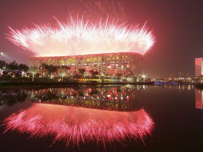 Los fuegos artificiales fueron uno de los grandes atractivos de la ceremonia de inauguración de Pekín 2008 en el estado Nacional, el Nido. Unas 15.000 personas actuaron ante 91.000 espectadores en el estadio y 4.000 millones a través de la televisión.