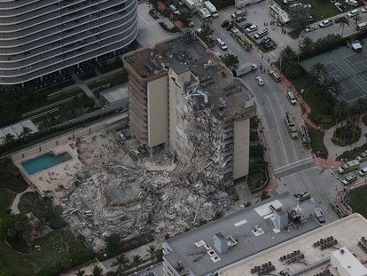 El edificio de apartamentos derrumbado en Miami, este jueves. En vídeo, las imágenes del siniestro.