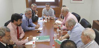 Ávila, en su reunión de ayer con sindicalistas y políticos.