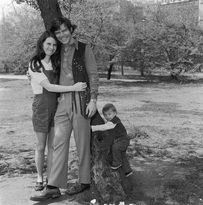 La directora de 'casting' Mary Jo Slater y el actor Michael Hawkins con su hijo, Christian Slater, en Central Park (Nueva York) en 1973.