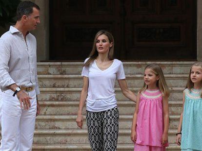 Don Felipe, doña Letizia y sus hijas, en el palacio de Marivent.