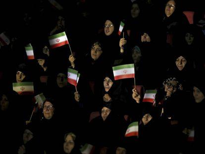 Mujeres afiliadas a la Guardia Revolucionaria muestran su apoyo al régimen iraní este domingo en Teherán.