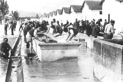 Prisioneros lavando.