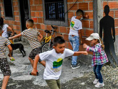 Niños y niñas juegan en una calle de La Esperanza (Antioquia).