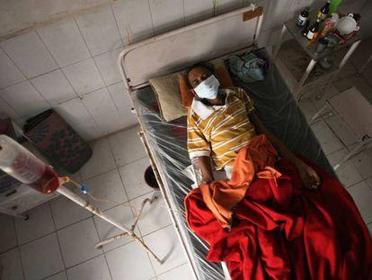 Un paciente que padece tuberculosis descansa en el Hospital de Tuberculosis del Gobierno, en Allahabad, India, el 6 de noviembre de 2019. India lidera la lista de pacientes con tuberculosis, aunque ha mejorado mucho sus tasas en los últimos años.