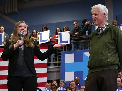 Chelsea Clinton y su padre, Bill, en una conferencia en Manchester (New Hampshire, EE UU) en febrero de 2016.