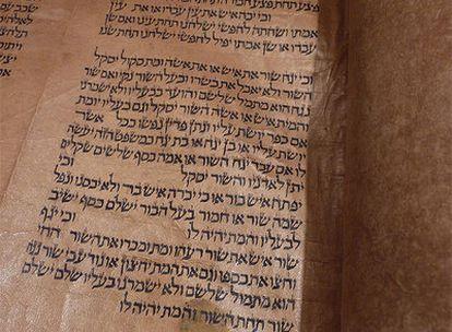 Detalle de un rollo de pergamino de origen español y de unos 700 años de antigüedad, considerado el más completo que existe, vendido en Nueva York.
