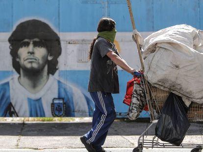 Un hombre pasa por delante de un mural de Maradona en Buenos Aires.