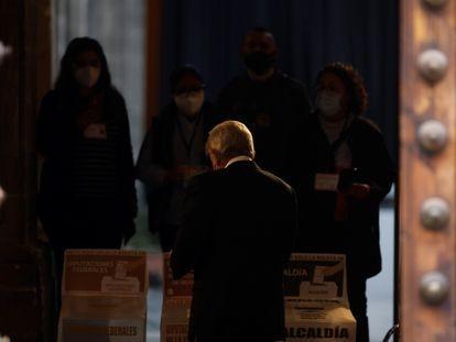 Andrés Manuel López Obrador emite su voto en el Antiguo Palacio del Arzobispado. En video, López Obrador habla sobre la jornada electoral.