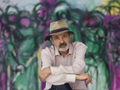 Jorge Rando posa en su museo ante una de sus obras.