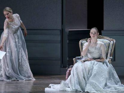 La soprano Malin Byström (condesa Madeleine) y bailarina Clara Navarro (condesa niña).