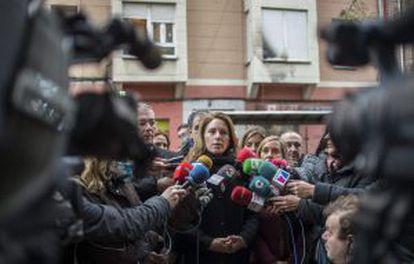 La líder del PP vasco, Arantza Quiroga, ayer en Barakaldo (Bizkaia), frente a la sede de su partido atacada con cócteles molotov.