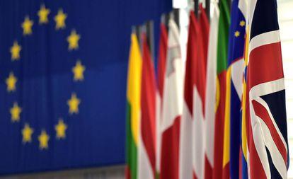 Banderas de países europeos en la sede de Parlamento de la Unión.