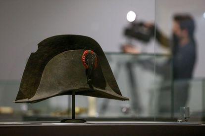 El icónico sombrero que perteneció a Napoleón y que se puede ver estos días en una exposición en Waterloo (Bélgica).