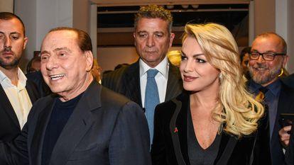 Silvio Berlusconi y Francesca Pascale, en una exposición fotográfica en Milán en octubre de 2019.