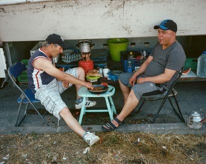 Los camioneros Abdul Salam (izquierda) y Taufik Wahid, en La Jonquera. Nos invitaron a probar su guiso y era muy sabroso.