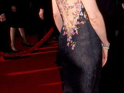 Candidata al premio a la mejor actriz por 'Elizabeth', la australiana Cate Blanchett (Melbourne, 1969) acudió a los premios Oscar de 1999 con un vestido de espectacular espalda bordada de John Galliano.