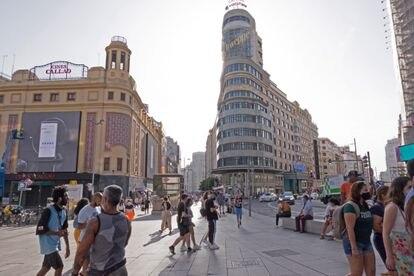 Personas caminando por la Plaza de Calleo en Madrid.