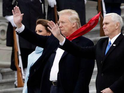 Trump, en la inauguración, con otra cinta adhesiva en su corbata.