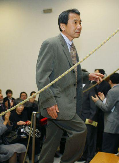 Murakami, en el instituto Rosalía de Castro de Santiago de Compostela, donde recibió el premio.