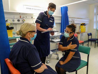 Varias enfermeras ensayan la distribución de la vacuna en el Hospital Universitario de Coventry (Reino Unido).
