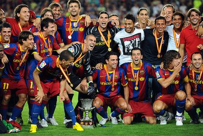 Los jugadores del Barça posan con el trofeo de la Supercopa, el octavo que suma el equipo de Guardiola desde que el técnico catalán tomase las riendas del equipo azulgrana.