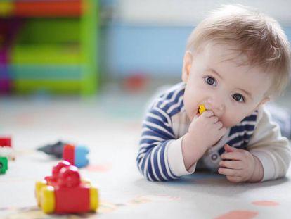 Un bebé juega con unos juguetes