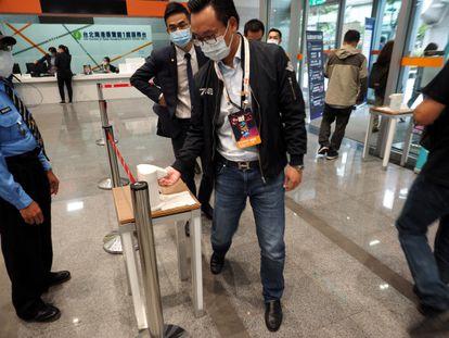 Visitantes se limpian las manos para acceder a la Feria Internacional de Viajes de Taiwán.