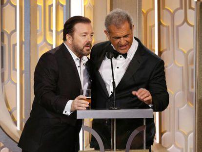 Ricky Gervais (izquierda) con Mel Gibson, en uno de los momentos más comentados de la gala.