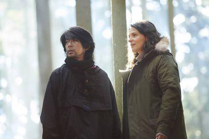 Masatoshi Nagase y Juliette Binoche, en 'Viaje a Nara (Visión)'.