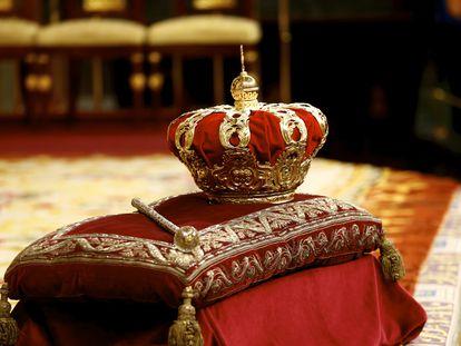 Detalle de la corona, durante la ceremonia de proclamación de Felipe VI en el Congreso de los Diputados.