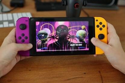 Un usuario asiste en la consola Nintendo Switch al concierto que el rapero Travis Scott dio en el videojuego 'Fortnite'.