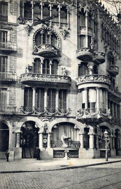 La casa Lleó i Morera, de Lluís Domènech i Montaner, situada en el Paseo de Grácia de Barcelona, alrededor de 1905