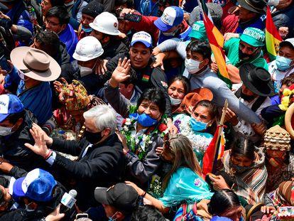 El expresidente de Bolivia, Evo Morales, saluda a simpatizantes a su llegada a Villazón, este lunes en la frontera con Argentina.