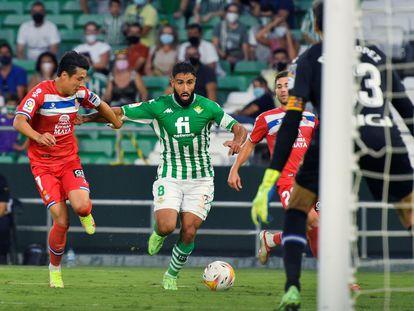 Fekir conduce el balón ante Wu Lei.