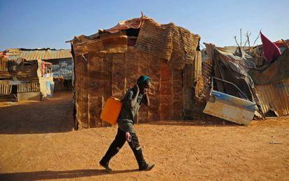 Un niño transporta un bidón de agua en un campo de desplazados internos de la región de Puntlandia, al noreste de Somalia.
