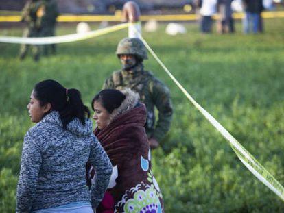 Familiares de las víctimas, en el lugar de la tragedia, este sábado.