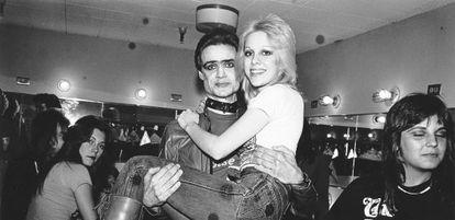 Kim Fowley sujeta a la cantante de The Runaways, Cherie Currie, en una foto de los años setenta.