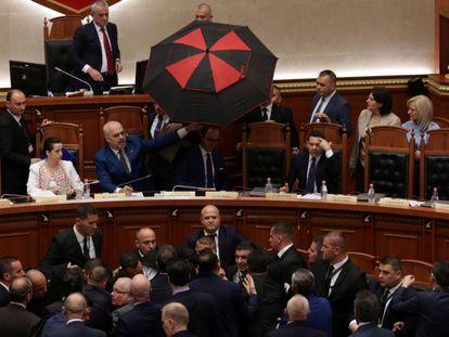 Protestas durante una sesión parlamentaria en Tirana (Albania) el pasado 12 de abril.