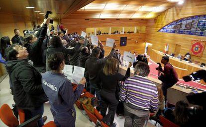 Protesta en la tribuna de invitados del Parlamento gallego, protagonizada por trabajadores del naval de Ferrol y de Universidades.