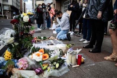 Altar espontáneo colocado en el lugar en el que recibió la paliza mortal Samuel Luiz.