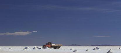 Un camión recoge mineral en el Salar de Uyuni, en Bolivia.