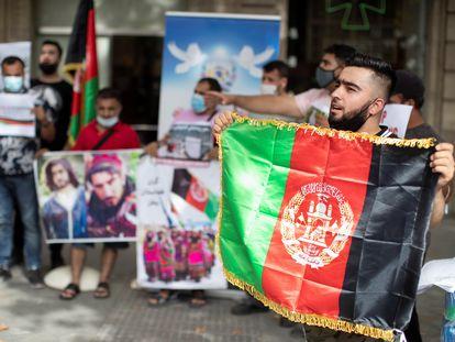 Residentes afganos se manifiestan ante la oficina de la Comisión Europea en Barcelona, el 11 de agosto.