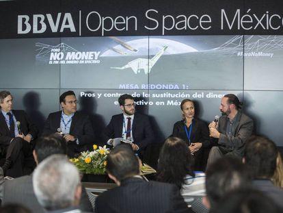 Mesa de diálogo con Luis de la Calle (economista), Arturo Luna (VISA), Valeria Moy (México cómo vamos) y Hugo Nájera (BBVA).