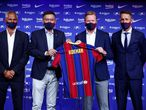 El ex jugador holandés del FC Barcelona, Ronald Koeman, acompañado por el presidente del club, Joseo Maria Bartomeu, el secretario técnico, Ramón Planas (a la derecha) y Javier Bordas (izquierda), durante el acto de presentación celebrado esta tarde como nuevo entrenador del primer equipo del FC Barcelona.