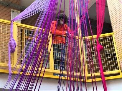 """Construyendo la instalación colgante """"Cortina de Mujeres que dan color a la vida"""". IES V Centenario de Sevilla."""