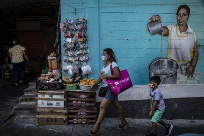Personas visitan el mercado de la Colonia Progreso del Puerto de Acapulco, en Guerrero,,  el 2 de mayo de 2021, a pocas semanas de llevarse a cabo las elecciones por la gubernatura del Estado y por diputaciones plurinominales.