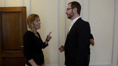 La portavoz de EH Bildu de Vitoria, Miren Larrion, en enero de 2019, conversa con el exalcalde de la capital alavesa del PP, Javier Maroto.