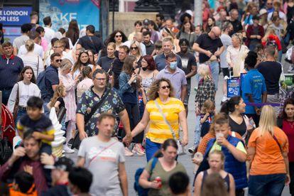 Peatones pasean por Londres este lunes.